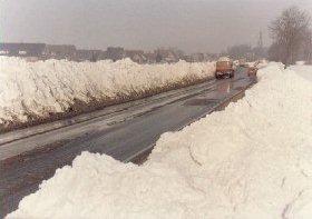 Nasse Fahrbahn durch Schneeschmelze